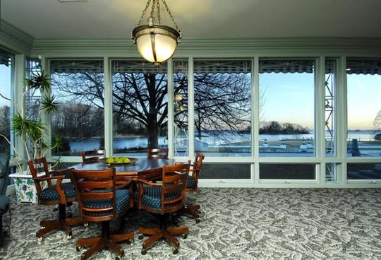 Những tấm cửa kính lớn giúp người trong nhà thoải mái phóng tầm mắt ra khung cảnh bên ngoài