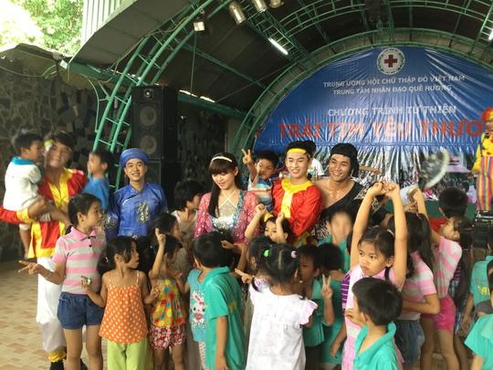 CLB Sân khấu Lạc Long Quân biểu diễn tại Trung tâm nhân đạo Quê Hương - Bình Dương