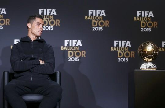 Ronaldo thất vọng nhìn Messi nhận Quả bóng vàng 2015