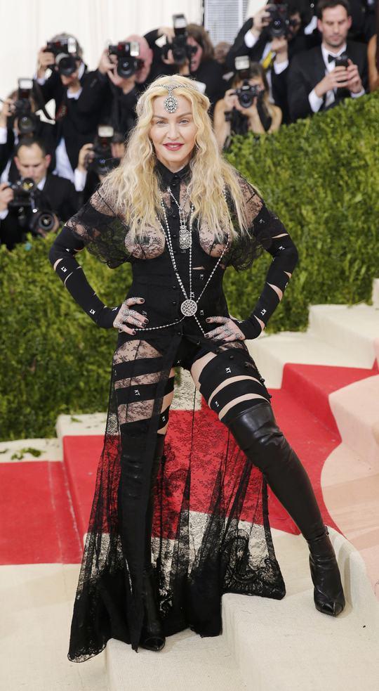 Madonna với trang phục táo bạo của mình