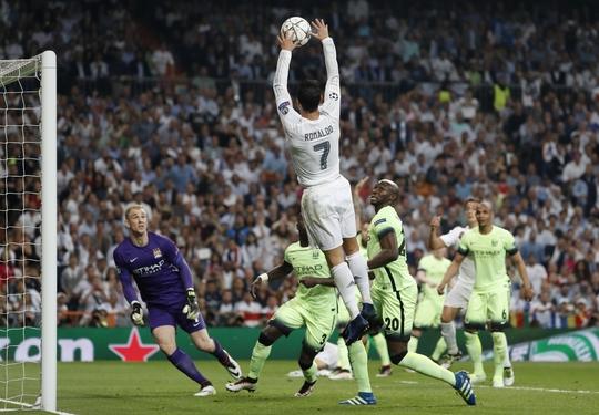 Hình ảnh đáng nhớ nhất của cầu thủ được xem là quan trọng nhất trận bán kết lượt về là tình huống tinh nghịch, dùng tay đưa bóng vào lưới khi biết đã rơi vào thế việt vị