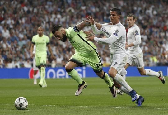 Ronaldo nhiều lần khiến người hâm mộ ngán ngẩm khi anh phải chơi như vai trò một hậu vệ từ xa của Real