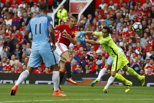 Ibrahimovic rút ngắn cách biệt cuối hiệp 1
