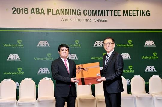 Ông Nghiêm Xuân Thành - Chủ tịch HĐQT Vietcombank (bên trái) và ông Daniel Wu - Chủ tịch ABA (Ảnh: Tiến Hưng)