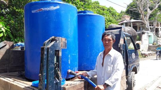 Và đây là niềm vui của ông Sáu sau khi đã bơm đầy nước vào bồn để tiếp tục giúp dân nghèo.