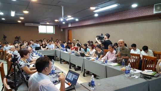 GS Đặng Hùng Võ (đứng), nguyên Thứ trưởng Bộ Tài nguyên và Môi trường, phát biểu tại buổi toạ đàm - ảnh: Phương Nhung