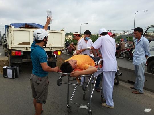 Nạn nhân được giải cứu từ cabin bẹp dúm được sơ cứu tại chỗ.
