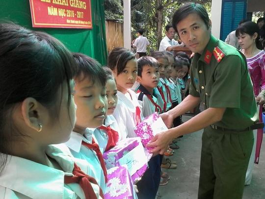 Trao quà cho HS nghèo Trường Tiểu học Bình Thành