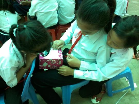 Nhìn những HS nghèo nâng niu phần quà vừa nhận, không ít người cảm thấy nghẹn lòng