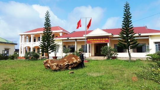 Tảng đá lạ nặng khoảng 20 tấn bị bắt giữ tại trụ sở UBND xã Lộc Tân.