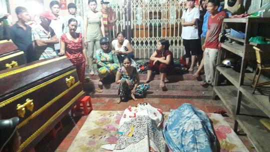 Thi thể của 2 nạn nhân vừa được các lực lượng tìm kiếm bàn giao cho gia đình để lo hậu.