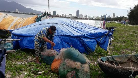 Ngư dân Thanh Khê (Đà Nẵng) chuẩn bị lưới ra khơi (ảnh Hoàng Dũng)
