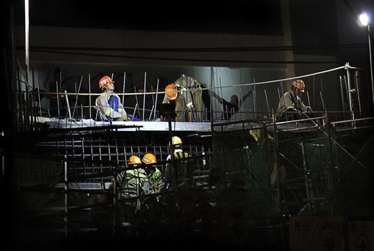 Nhóm công nhân bắt đầu công việc tăng ca ban đêm vào lúc 19 giờ ở công trình Metro đoạn Vincom xa lộ Hà Nội (quận 2).