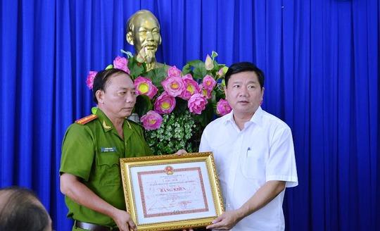 Bí thư Thành ủy Đinh La Thăng thay mặt lãnh đạo TP tặng bằng khen Công an quận 8