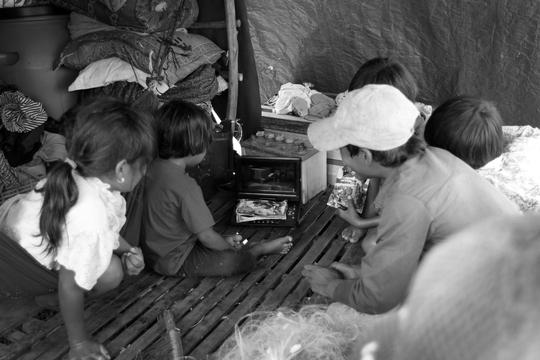 Chiếc máy cũ kĩ được dùng nghe nhạc, xem phim bằng băng đĩa là phương tiện giải trí duy nhất của cả xóm. Không có điện, bình ắc quy là nguồn năng lượng dự trữ để thắp sáng, xạc điện thoại,... Mỗi khi bình hết điện phải mang ra khu vực thị trấn để xạc.