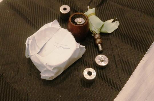 Chất bột màu trắng và dụng cụ để phê ma túy