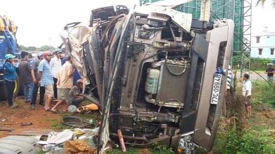 Phần đầu chiếc xe bị hư hỏng nặng