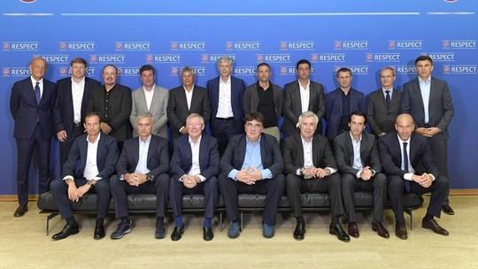 HLV Jose Mourinho bị đồng nghiệp Wenger từ chối cho ngồi cạnh, sau đó cả hai cũng đứng xa nhau khi chụp ảnh kỷ niệm
