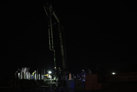 Một trong những công việc vất vả mà công nhân tăng ca ban đêm thường làm là đổ xi măng. Ban đêm, nhiệt độ xuống thấp, xi măng sẽ chậm khô cứng hơn. Nhưng làm việc trong bóng đêm cũng đầy khó khăn, vất vả và nguy hiểm.