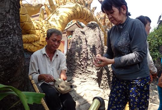 Dịp rằm này, nhiều cái bang cũng tụ tập tại chùa để xin tiền du khách tạo ra những cảnh không đẹp mắt.