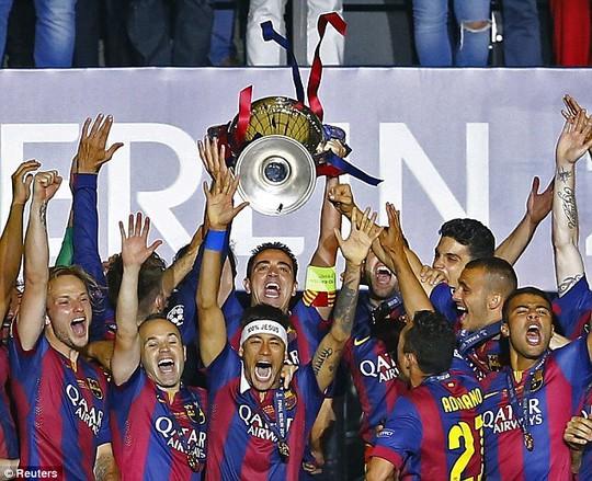 Xavi (nâng cúp) lần cuối khoác áo Barca vào năm 2015