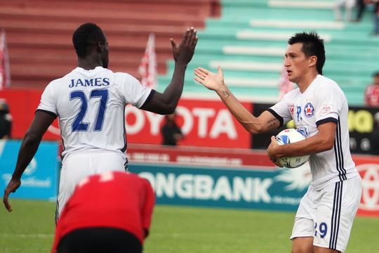 Merlo ăn mừng sau khi ghi bàn cân bằng tỉ số 1-1 cho SHB Đà Nẵng