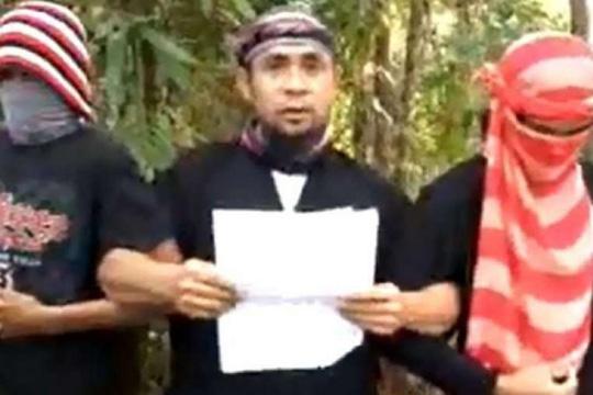 Isnilon Hapilon (giữa) tuyên bố trung thành với IS trong đoạn video. Ảnh: Youtube