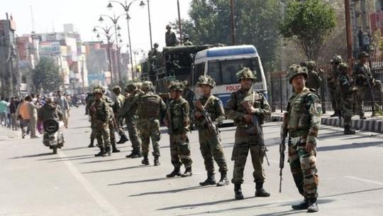 Biểu tình nổ ra ở bang Haryana khiến cảnh sát chống bạo động phải can thiệp. Ảnh: AP, EPA