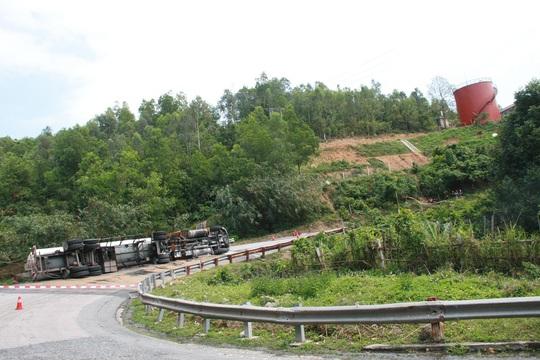 Chiếc xe tải lật gần khu vực chứa xăng dầu của nhiều đơn vị
