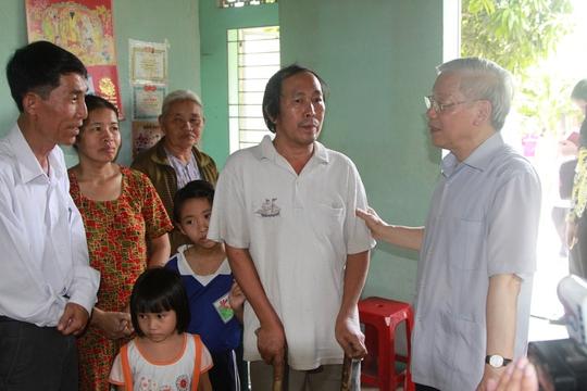 Tổng Bí thư Nguyễn Phú Trọng thăm một gia đình khó khăn ở xã Diên Điền, huyện Diên Khánh, tỉnh Khánh Hòa (Ảnh: KNX)