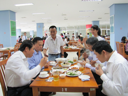 Chủ tịch UBND TP Đà Nẵng Huỳnh Đức Thơ (hàng đầu, bên trái) dùng bữa cơm trưa hải sản