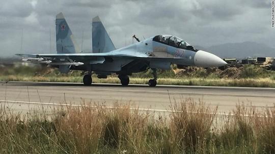 Su-35 cất cánh từ căn cứ Hmeymim. Ảnh: CNN