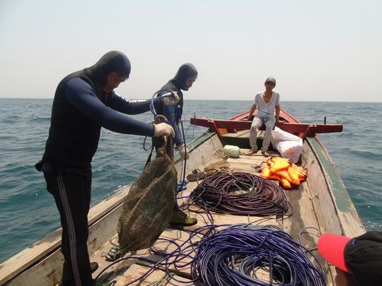 """2 """"kình ngư"""" Lê Xuân Hòa (36 tuổi) và Phạm Văn Trị (37 tuổi) chuẩn bị xuống biển"""