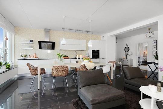 Thiết kế không gian mở nối liền phòng khách với khu vực nhà bếp của căn hộ.