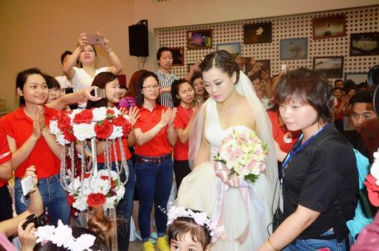 Người tham dự lễ cưới vỗ tay liên hồi khi cô dâu Thu Hương xuất hiện lộng lẫy trong chiếc váy màu trắng