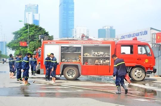 Bốn xe chữa cháy cùng hàng chục chiến sĩ PCCC được điều đến hiện trường