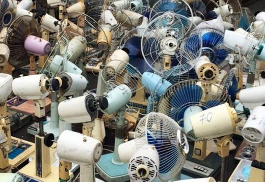 Hàng trăm chiếc quạt máy không còn giá trị sử dụng.