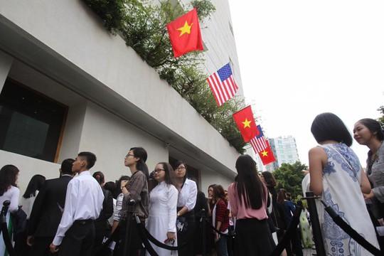 8 giờ 45 phút, những vị khách mời tham gia sự kiện Sáng kiến thủ lĩnh trẻ Đông Nam Á vẫn xếp hàng để chờ kiểm tra an ninh