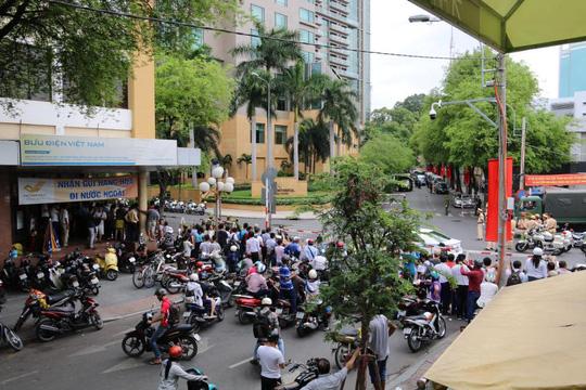 Dòng người trên các tuyến đường bao quanh khách sạn InterContinental mỗi ngày càng đông để chờ được ngó đoàn xe khủng cũa Tổng thống. May mắn nhìn được ông Obama bằng xương bằng thịt thì tốt, nếu không cũng nhìn được đoàn xe quái thú - một bạn trẻ nói.