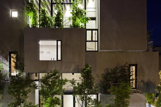 Ở mỗi khối nhà đều được đan xen giữa chất liệu bê tông khô cứng với tường kính và cây xanh.