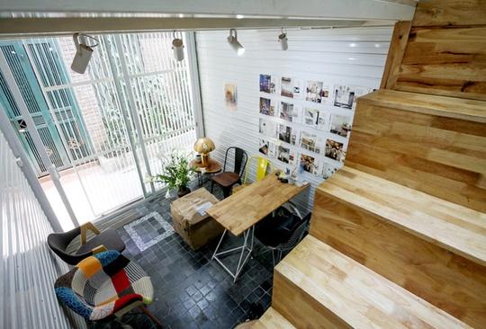 Nhà gồm 2 tầng chính, xen giữa là các gác lửng với chiều cao khác nhau để tạo sự thông thoáng và đảm bảo đúng quy định xây dựng. Tầng 1 gồm phòng khách và nhà vệ sinh.