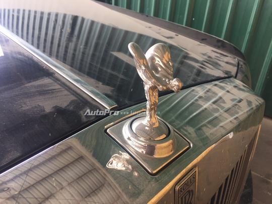 Phần đầu xe là biểu tượng Spirit Ectasy bằng bạc rất đặc trưng của Rolls-Royce.