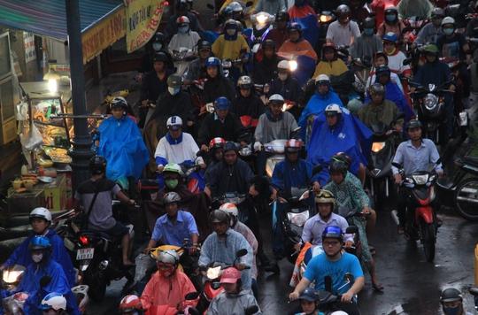 Đến gần 19 giờ, lượng xe giãn bớt ở cửa ngõ sân bay Tân Sơn Nhất nhưng vẫn phải di chuyển chậm