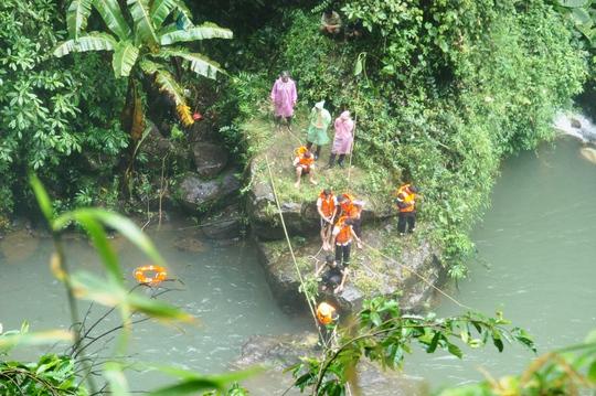 Lực lượng chức năng TP Bảo Lộc tích cực tìm kiếm thi thể nạn nhân.