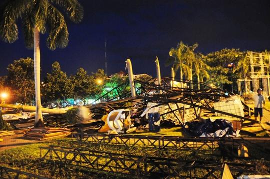 Bức tường cao hàng chục mét, nặng hàng chục tấn được dựng lên giữa Quảng trường TP Quảng Ngãi - nơi có rất nhiều người qua lại