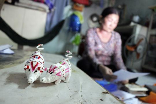 Kỉ vật Vũ Văn Tiến tự tay làm trong tù để tặng mẹ. Ảnh: Quốc Chiến.