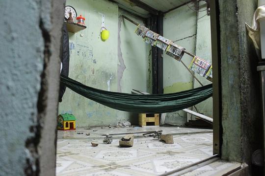 Còn đây là căn nhà nhỏ của anh Thanh và chị Hoa. Khi những vết nứt trên nhà quá lớn, cả gia đình phải ra ngoài thuê nhà trọ khác để ở, bỏ lại căn nhà nhếch nhác, hoang tàn.