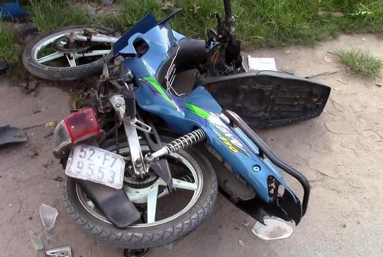 Chiếc xe máy chở theo hai cô gái vỡ nát tại hiện trường.