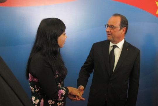 Tổng thống Pháp trò chuyện với Bộ trưởng Y tế Nguyễn Thị Kim Tiến