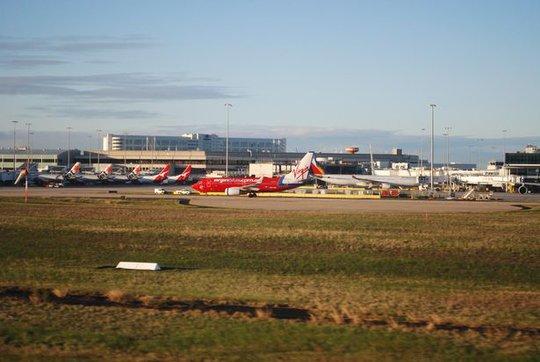 Nhưng hạ cánh ở TP Melbourne, hướng Tây Nam vào khoảng 14 giờ cùng ngày. Ảnh: MIRROR